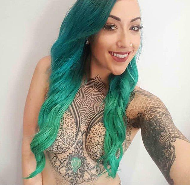 Avustralya'da yaşayan Summer Mclnerney, ilk etapta tek bir koluna dövme yaptırmak için gittiği dövmecide yaklaşık olarak 60 bin lira harcayarak bütün vücuduna dövme yaptırdı.