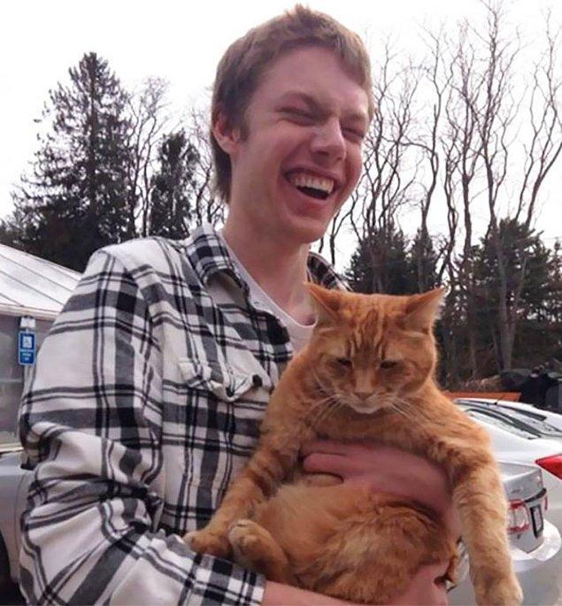 2. Bu görme engelli genç hayatında ilk kez bir kediyi kucakladı.