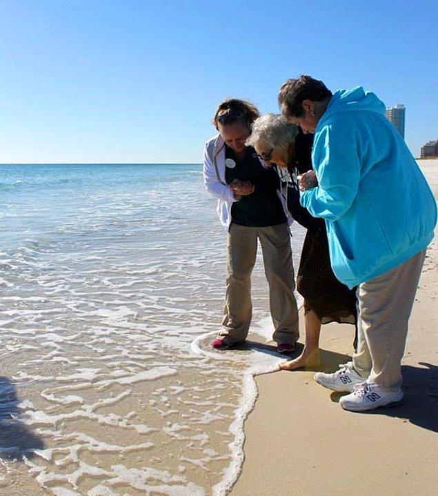 19. 100 yaşındaki Ruby teyze ilk kez okyanusu görüyor.