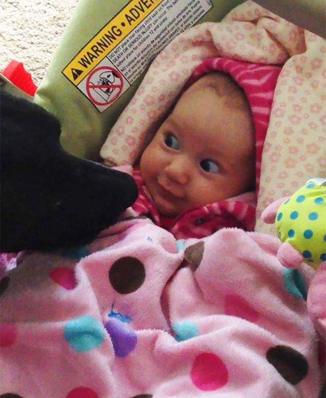 34. Bir bebeğin köpeğe merhaba demesi kadar tatlı bir fotoğraf var mı?