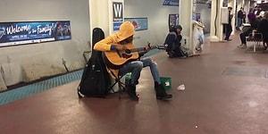 Şikago Metrosunda Muhteşem Bir Performans Sergileyen Sokak Müzisyeni Kadın