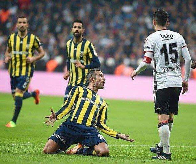 11. Van Persie, gol sevincinde Oğuzhan'a diss atıyor.