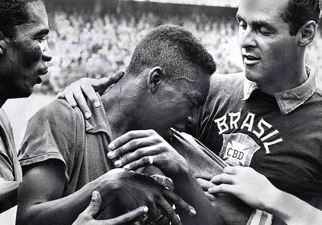 6. Bir Dünya kupası finalinde gol atan en genç futbolcu 1958 finalinde, henüz 17 yaşındayken gol atan Pele'dir.