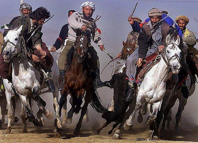 8. Orta Asya'da Buzkashi adında bir spor var. Amaç: At üstündeki iki takımın kafasız bir keçiyi ya da buzağı leşini bitiş çizgisine ulaştırmaya çalışması.