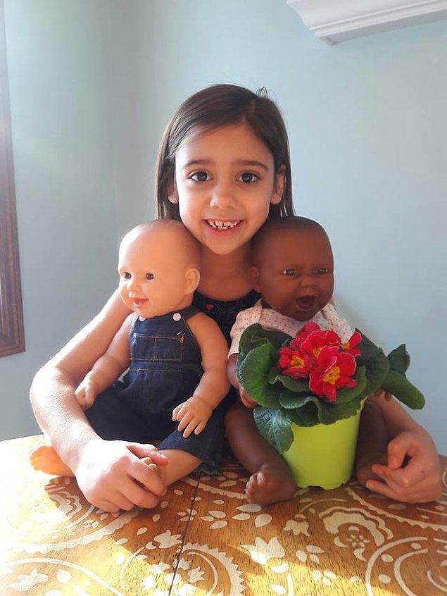 """""""6 yaşındaki kızım oyuncak bebeklerinin ikiz olduklarını söylüyor. Harika!"""""""