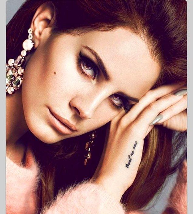 """12. Hüzünlü şarkıların kraliçesi Lana del Rey'in sağ elinde """"Kimseye güvenme"""" yazan bir dövmesi var."""