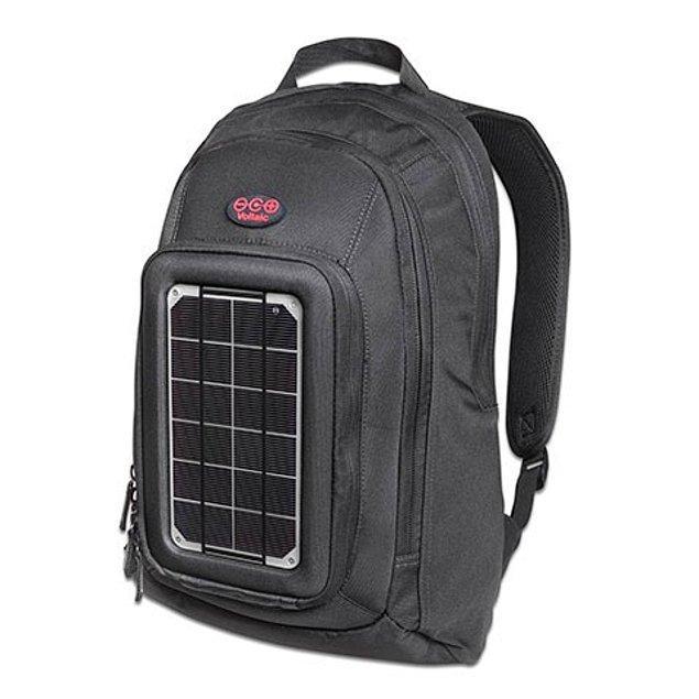 15. Güneş enerjisiyle elektronik cihazlarınızı şarj etmenizi sağlayan sırt çantası.