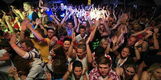 Türkçe pop partilerinde dans ederek kendini kaybedeceksin!