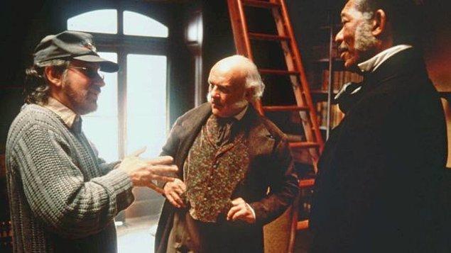 14. Amistad çekimleri sırasında Anthony Hopkins, mahkeme sahnesi sırasındaki konuşmasını içeren 7 sayfalık metni bir kerede başarıyla gerçekleştirince set ekibini şaşkına döndürmüş.