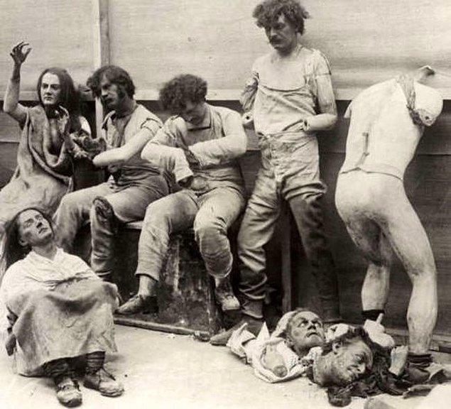 2. 1930 senesinde Madame Tussauds Müzesinde çıkan yangın sonrası bir görüntü.