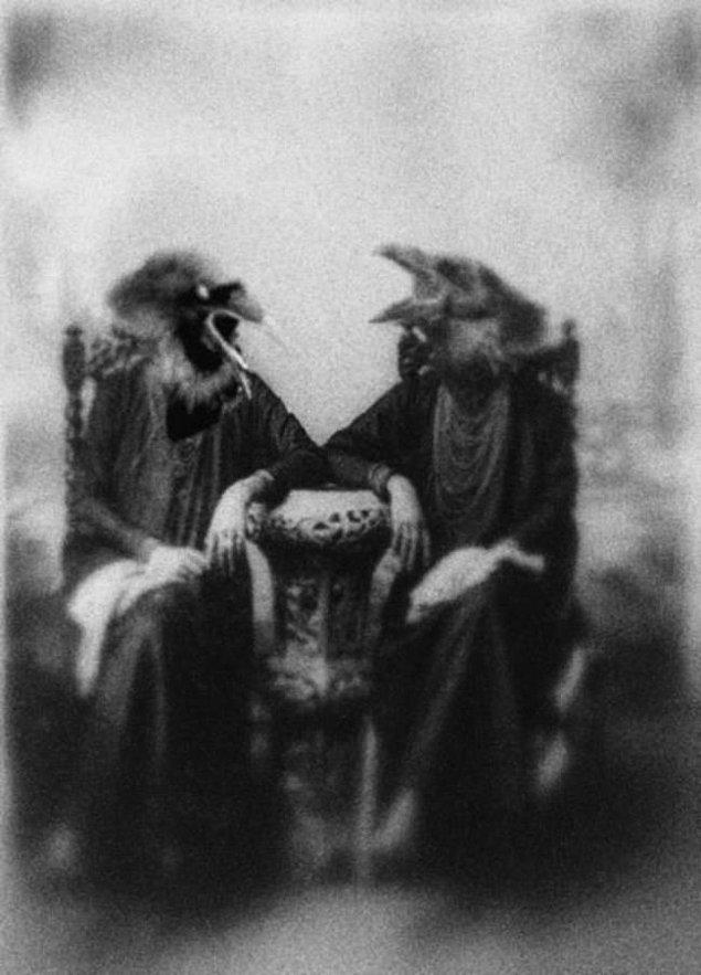 4. Karga kostümü içindeki iki 'cadı'.
