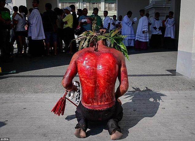 Bazı ibadetçiler maske taktı, bazıları ise kollarına ipler bağladı, sırtlarını jiletledi.