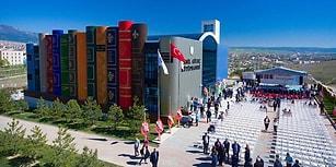 Ülkemizde Görmeye Alışık Olmadığımız Yaratıcı Mimarisiyle Karabük'teki Göz Alıcı Kütüphane