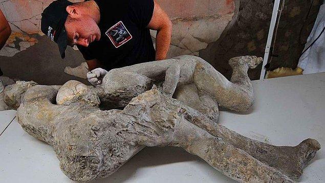 Pompeii'nin trajik yıkımının ve insan sevgisinin sembolü olan ikonik sarılan çifti muhtemelen biliyorsunuzdur. Sarmaş dolaş haldeki bu çift hakkında yeni bir bilgi gündeme geldi.