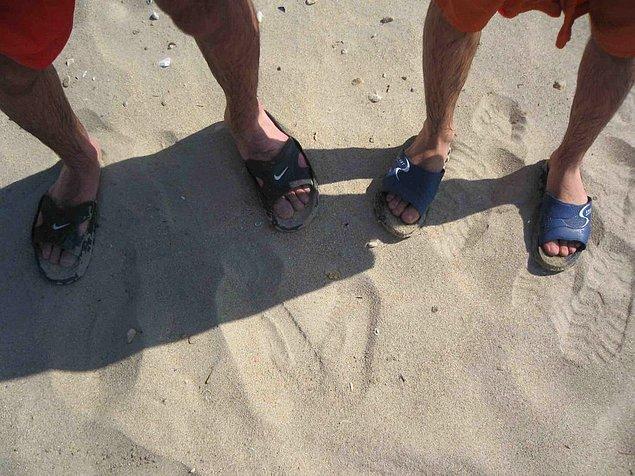 13. Tuvalette bir benzeri giyilen kalın bantlı plaj terliği