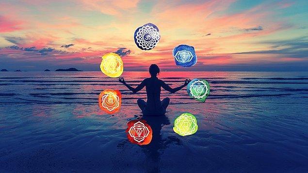 Kundalini enerjisinin uyanması içinse yaşamımızda çakralarımızı etkileyecek bir değişimin yaşanması gerekiyor.
