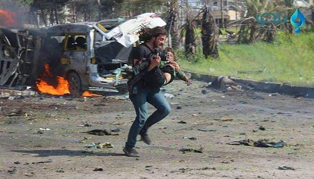 Abd Alkader o anda savaş fotoğrafçılığı kimliğini bir kenara bırakıp patlamada ağır yaralanmış küçük bir çocuğa yardım etti.