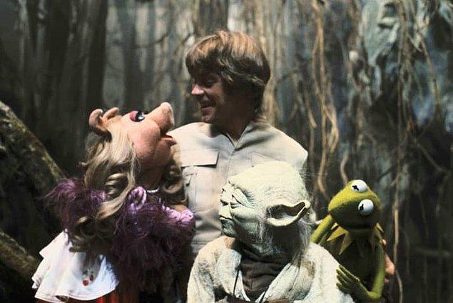 14. Muppetlar, Bölüm V'in çekimleri sırasında seti ziyaret etti.