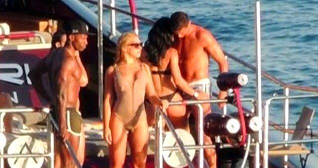 4. Ünlü futbolcu Cristiano Ronaldo, İspanya'nın İbiza Adası'nda iki kadınla birden yakınlaşırken görüntülendi.