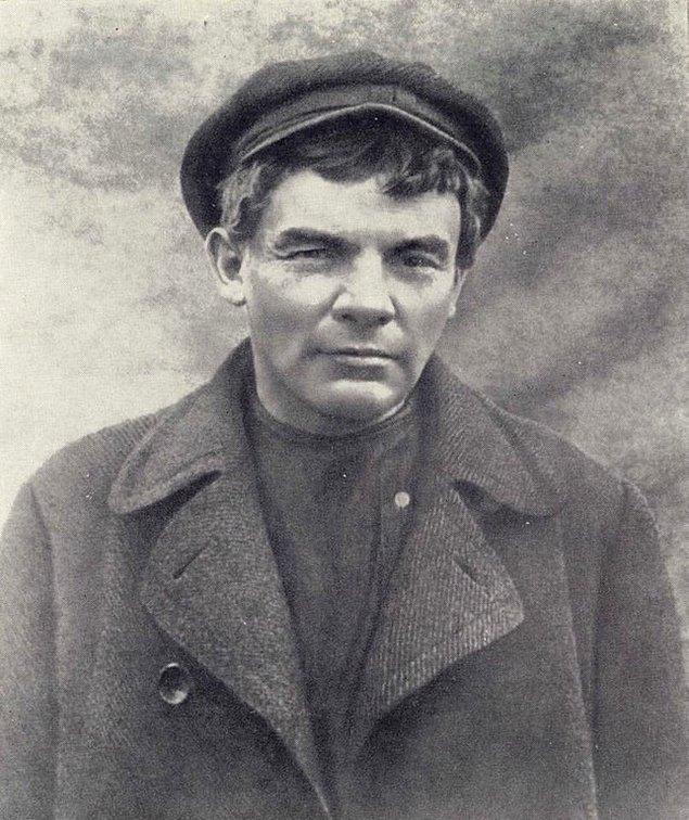 4. Sahte bir pasaport için tıraş olmuş ve peruk takmış olan Lenin, 1917.