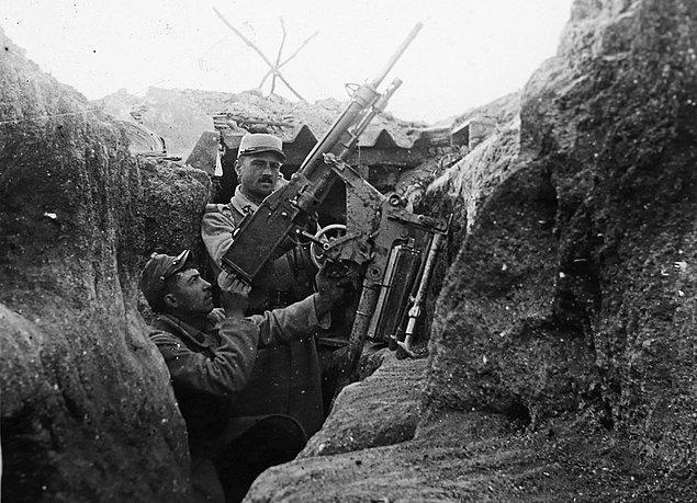 23. Fransız bir asker, uçaksavar makineli tüfek ile bir siperden nişan alırken, 1918.