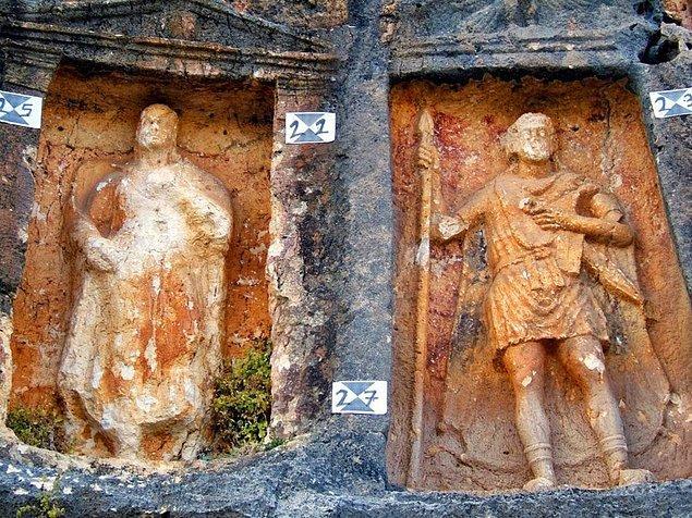 Bu isimlerden yola çıkarak yazıların milattan sonra 2. yüzyılda yazıldığı söyleniyor. Yapım aşaması 250 yıl olunca, kabartmalar arasındaki tarz farkları da göze çarpıyor.
