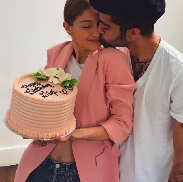 Yere ayak bastığında ise Gigi'yi lezzetli bir doğum günü pastası bekliyordu. Tabii ki de romantik bir öpücük eşliğinde…