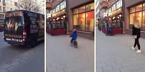 Çıplak Kadın Posteri Görünce Duvara Toslayan Bisikletli Çocuk