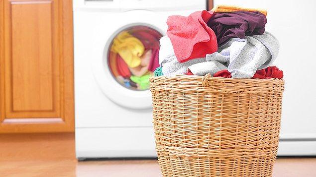6. Bütün giysi seçenekleriniz bitene kadar çamaşır yıkamayı bırakın. Giyecek bir şey bulamadığınızda dolabınızda kalanları ihtiyaç sahiplerine bağışlayın.