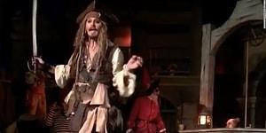 Johnny Depp'ten Disneyland Ziyaretçilerine Jack Sparrow Kostümlü Sürpriz