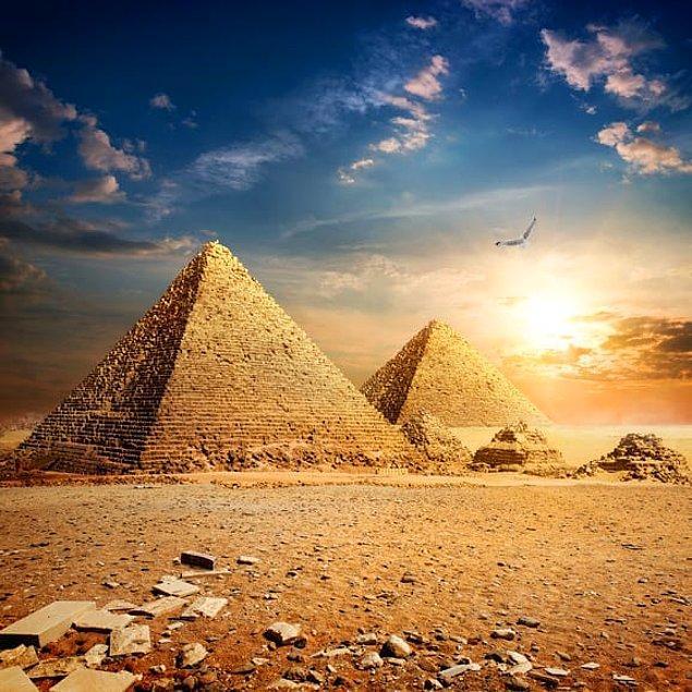 3. Kleopatra bize göre yaşlı, Mısır Piramitleri Kleopatra'ya göre.