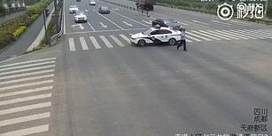 Yaşlı Bir Adamı Karşıdan Karşıya Geçirmek İçin Trafiği Durduran Polis