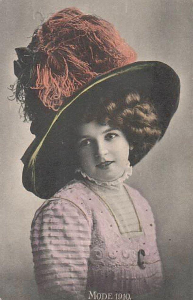 Kadınların tarih boyunca taktığı şapkaların tek amacının güzellik ve moda olduğunu düşünüyorsanız, yanılıyorsunuz.