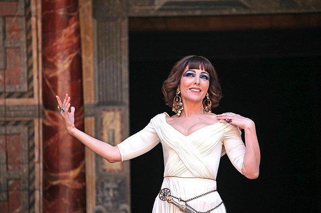 3. Ama onun asıl yeteneğini konuşturduğu yer tiyatro sahnesi. Öyle ki Shakespeare'in merkezi İngiltere'deki Shakespeare Globe'da dahi sahne aldı Tekindor.