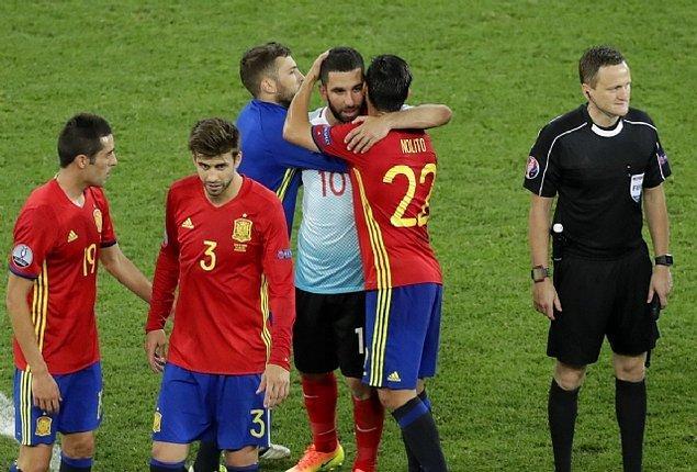 Milli takım kaptanı Arda Turan'ın İspanya maçında ıslıklanması, İspanyol futbolcuların Arda'yı teselli etmesi ise hala akıllardadır.