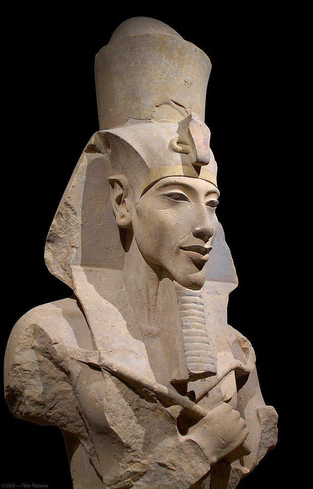 1. Tutankamon'un babası, Nefertiti'nin eşi, Mısır'ın 18. hanedanının firavunudur Akhenaton...