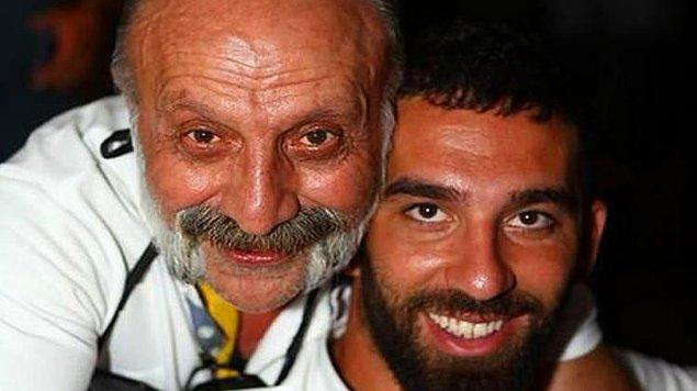 Son olarak Arda Turan, Makedonya maçı sonrasında takım uçağında gazeteci Bilal Meşe'ye, hem fiziki hem de sözlü olarak saldırıda bulundu.