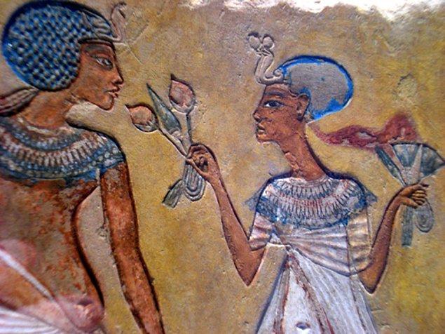 12. Akhenaton hakkında yazılan şiirlerde onun gökyüzünden inen varlıklar tarafından ziyaret edildiği ve ona halkını nasıl yönetmesi gerektiğinin anlatıldığı vurgulandı.