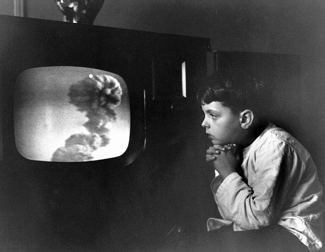 1. 7 yaşındaki Raymond Carlin, 1955 yılında televizyonda canlı yayınlanan atomik patlamayı soluksuz izlerken.