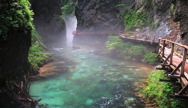 Bled'in jeolojik yapısı ortaya âdeta bir sanat eseri çıkartmış durumda. Bled'e giderseniz yapabileceklerinizden biri de bu enfes geçitlerden arasında dolaşmak...