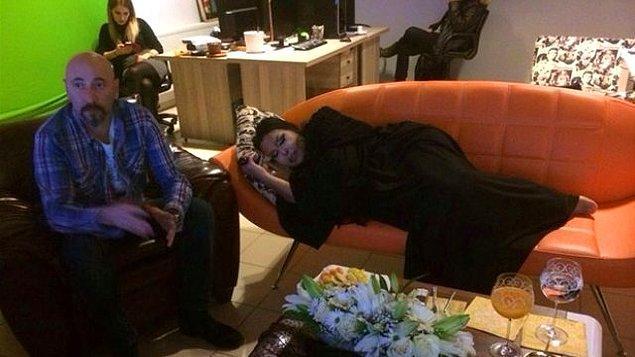 11. Ev sahibinin, bür türlü gitmeyen misafiri, uykusu gelmiş taklidi sayesinde evden postalaması