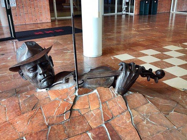 "6. ""Monument to the violinist"" Hollanda"