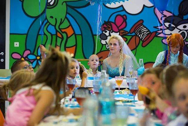 Düğünün sonunda Jayden ve arkadaşları için yemekler hazırlanmış ve oyunlar oynatılmış.