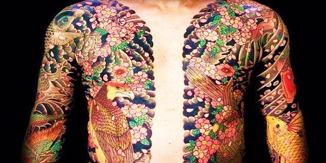 Sakura (kiraz çiçeği) ise Japon dövmesindeki çiçek motiflerinin baştacı. Birçok sanatçı çiçek tercihini bu motiften yana kullanmakta.
