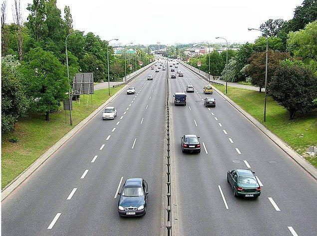 Pensilvanya eyaleti 1792 yılında yeni bir paralı yolda trafiğin sağdan akışını yasa haline getirdi, New York ise 1804 yılında bütün otoyollarda trafiğin sağdan akışını kabul etti.