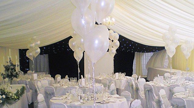 Ekonomik olan balonlar, düğün süslemesinde tercih edilen maliyetli canlı çiçeklere iyi bir alternatif oluşturuyor.