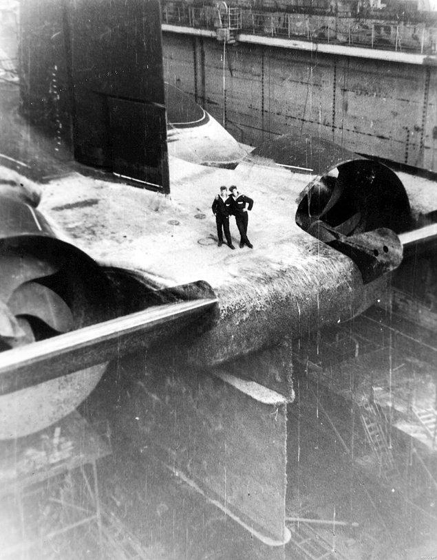 4. Şimdiye kadar yapılmış en büyük denizaltılar olan Akula sınıfı nükleer güçle çalışan bir balistik füze denizaltının kıç tarafında poz veren iki Sovyet denizcisi, 1980'ler.