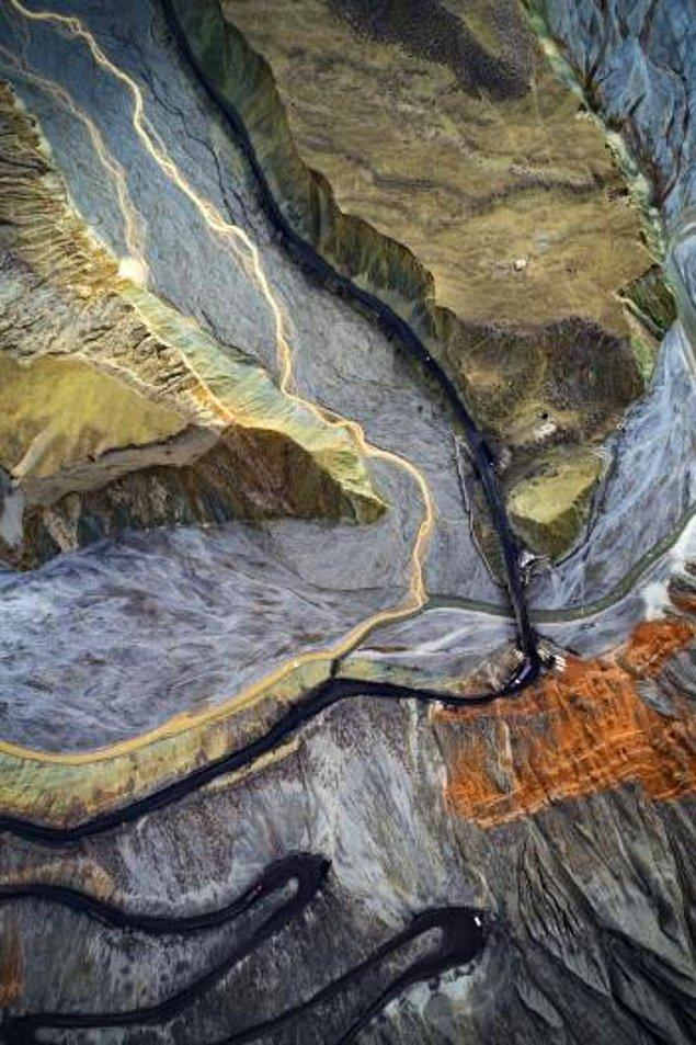 25. Tianshan Dağlarının arasından geçen nehirler üzerine inşa edilmiş bir köprü