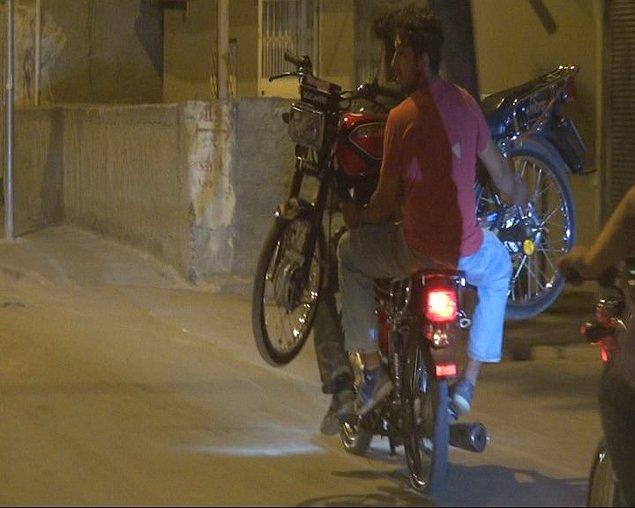 11. Motosikleti bir başka motosikletle taşıyan Adanalı gençler 👏