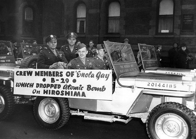 """20. Hiroshima'ya atom bombasını bırakan """"Enola Gay"""" adlı B-29'un mürettebatı New York'taki geçit töreninde."""